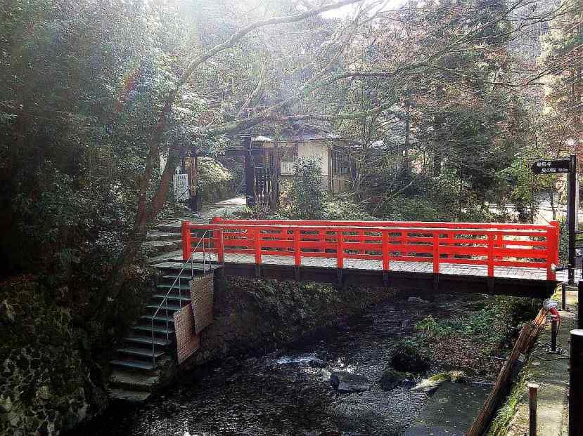 Puente sendero templo Kurama