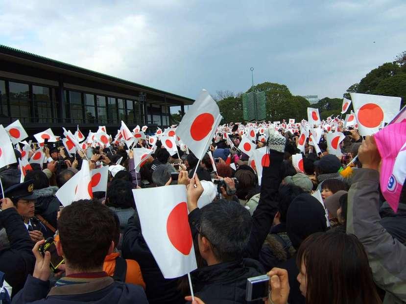 palacio imperial tokio recepción emperador banderas