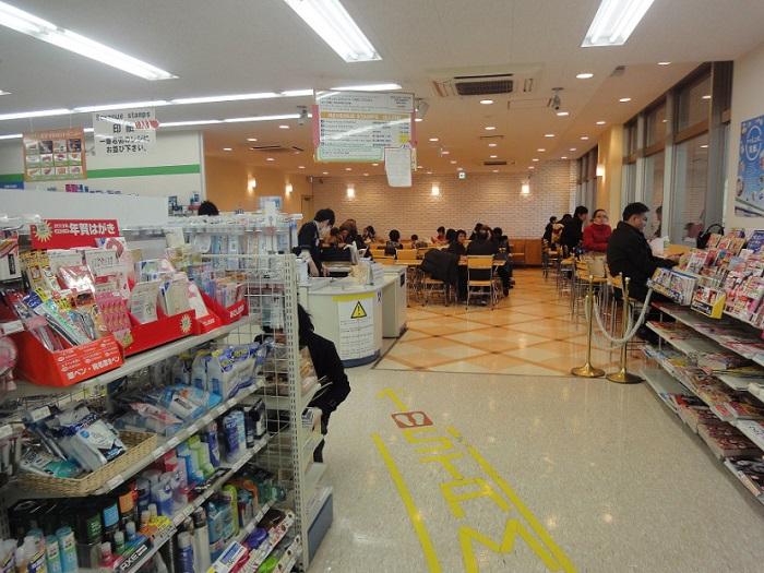 Visita edificio inmigracion Tokyo Shinagawa 007 Konbini Family Mart dentro del edicio