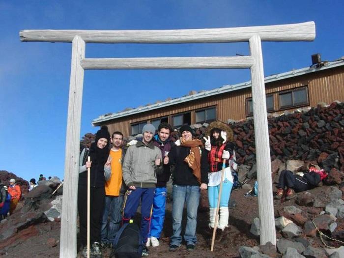 Subir al Monte Fuji. Foto en uno de los toris de la cima con los amigos españoles y mexicanos.