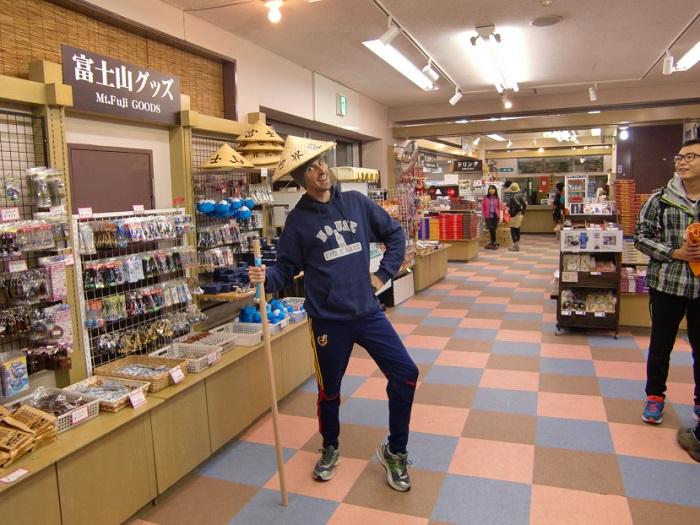 Subir al Monte Fuji. Con bastón y gorro preparado para subir.