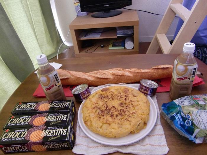Subir al Monte Fuji. Tortilla de patatas, baguette de pan, café con lechem galletas de chocolate, atún.