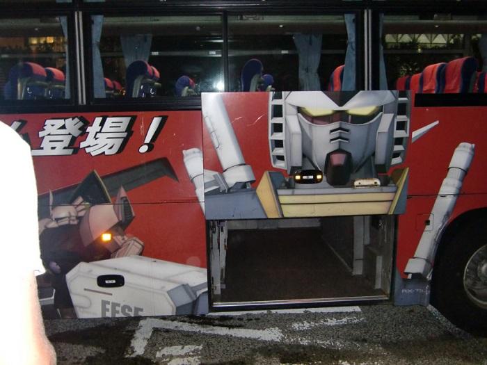 Subir al Monte Fuji. Autobús de los transformes que nos llevaría hasta la quinta estación del monte Fuji.