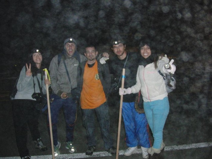 Subir al Monte Fuji. Foto al comienzo de la subida, en la quinta estación, con los amigos españoles y mexicanos.
