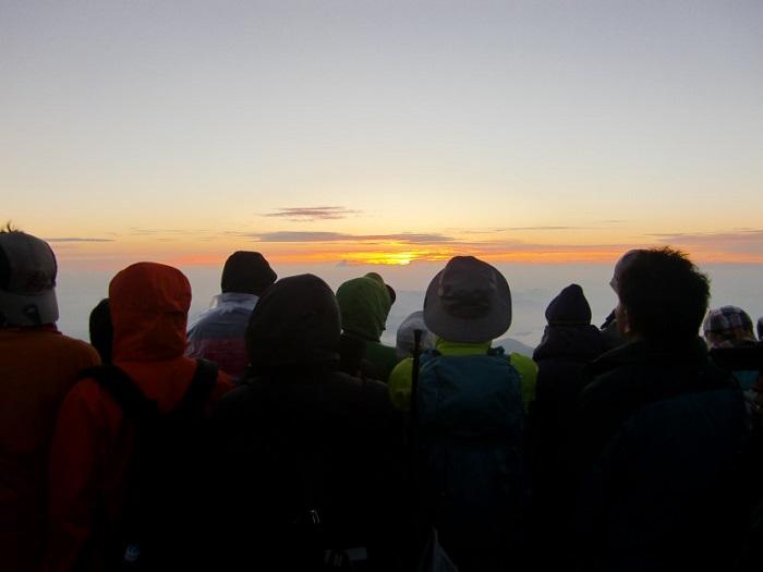Subir al Monte Fuji. Esperando el amanecer en la cumbre.