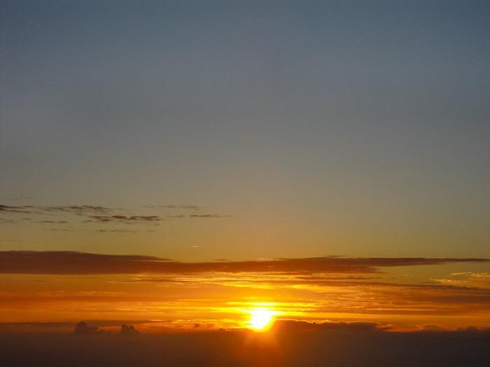 Subir al Monte Fuji. Y por fin salio el sol y se vio un precioso amanecer en la cumbre.