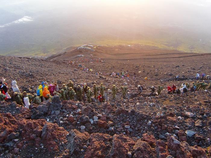 Subir al Monte Fuji. Subiendo a la cima como hormigas en procesión.