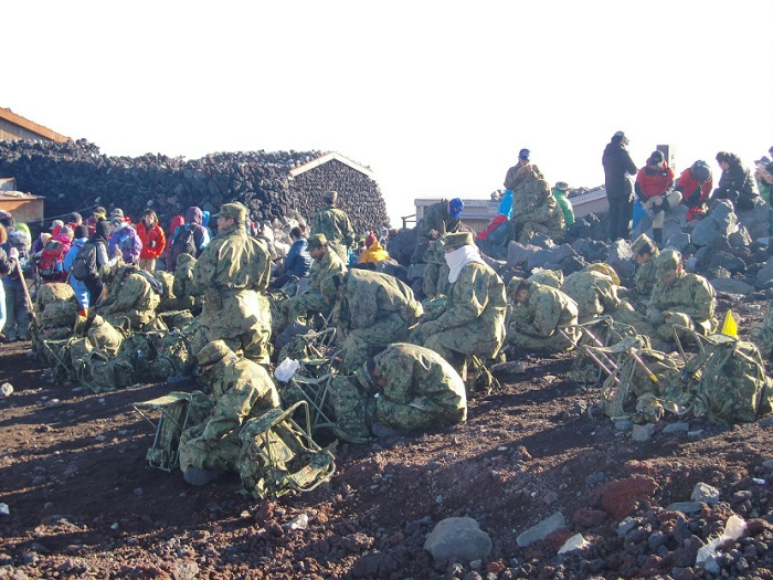 Subir al Monte Fuji. Militares japoneses en la cima.