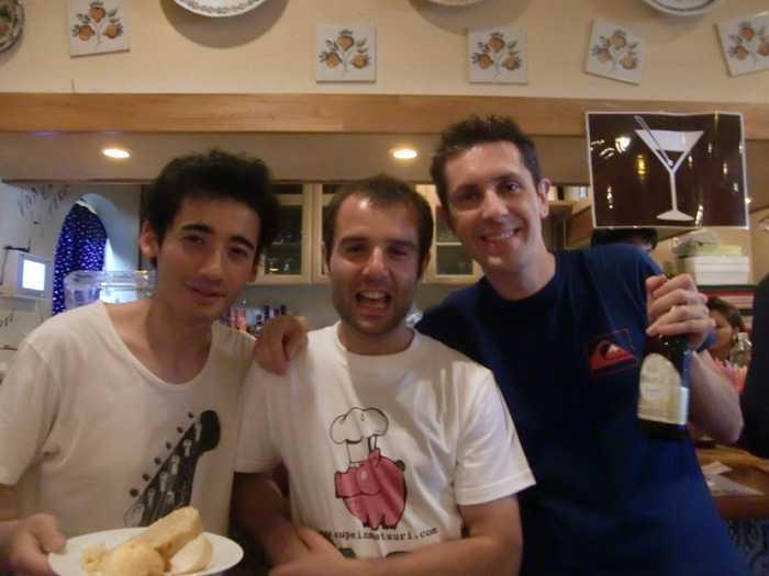Saludando al organizador Oskar Díez, del blog Ikusuki. Feria de Abril en Japón. Mayo de 2014. Sala andaluza.
