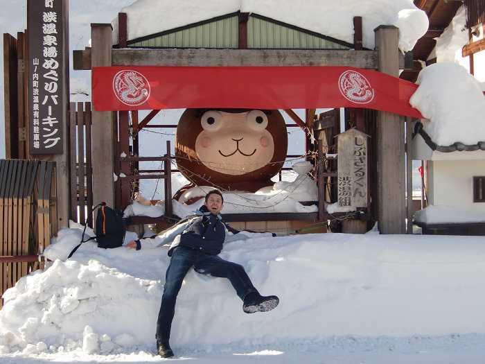 Cabeza de mono situada cerca del pueblo de Shibu Onsen. Cerca de la misma salían los buses que visitaban el Snow Monkey Park