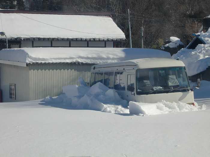 Camino desde Shibu Onsen al Snow Monkey Park. Autobus atrapado en la nieve