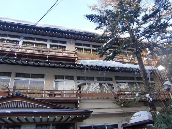 snow-monkeys-monos-nagano-yudanaka-shibu-onsen-007-pueblo-shibun-onsen-004