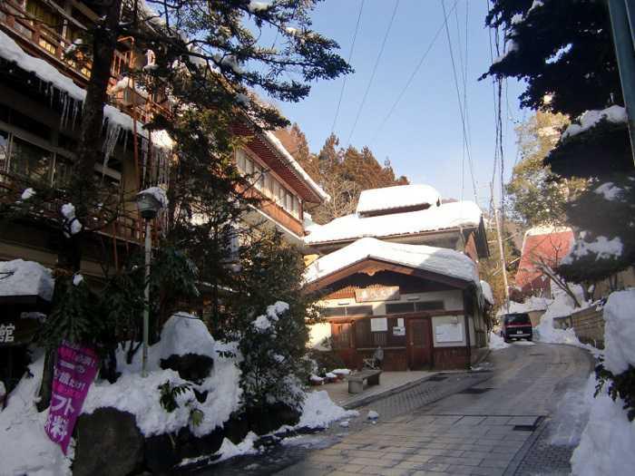 snow-monkeys-monos-nagano-yudanaka-shibu-onsen-007-pueblo-shibun-onsen-005