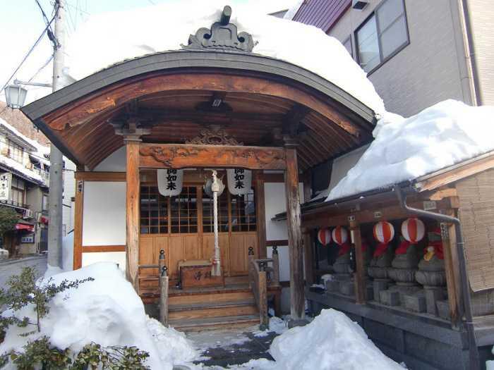 snow-monkeys-monos-nagano-yudanaka-shibu-onsen-007-pueblo-shibun-onsen-009