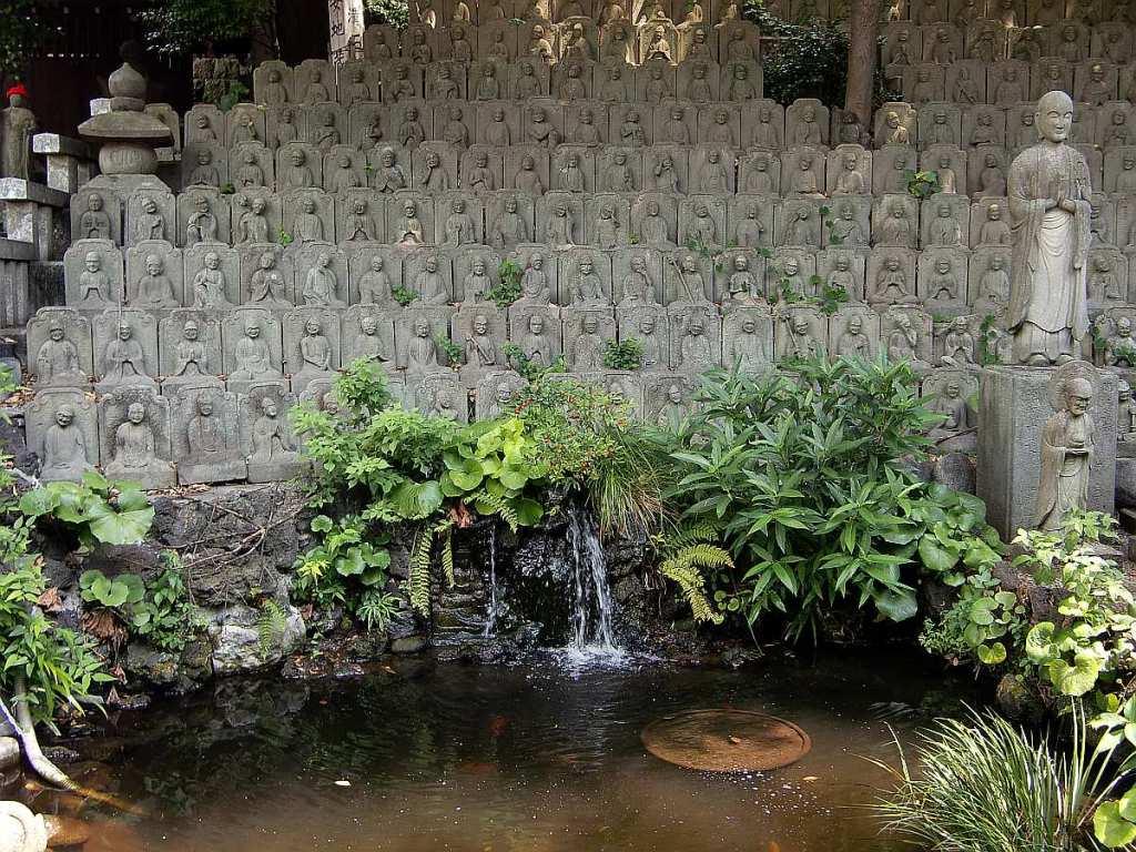 Templo Daienji estanque muchas estatuas buda