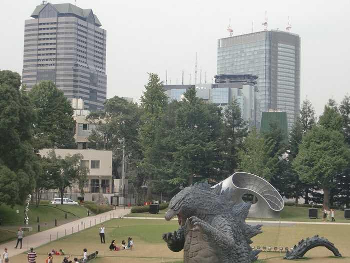 godzilla-y-doraemon-invaden-roppongi-002-godzilla-en-tokyo-midtown-park