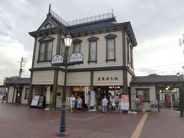 Exterior de la estación de tranvía de Dongo Onsen.