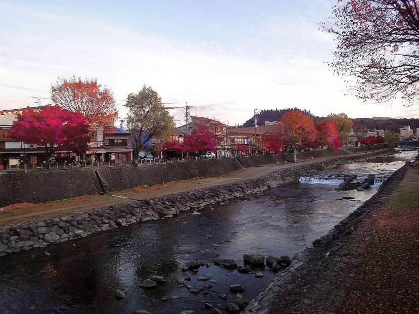 takayama rio y arboles con tonos rojizos