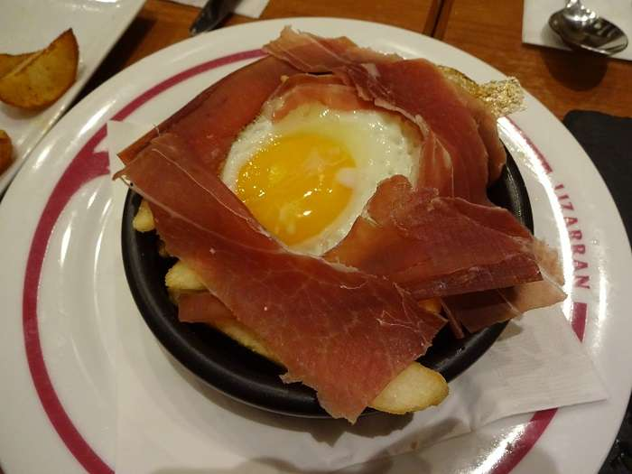 lizarran tokyo - cazuela huevos rotos