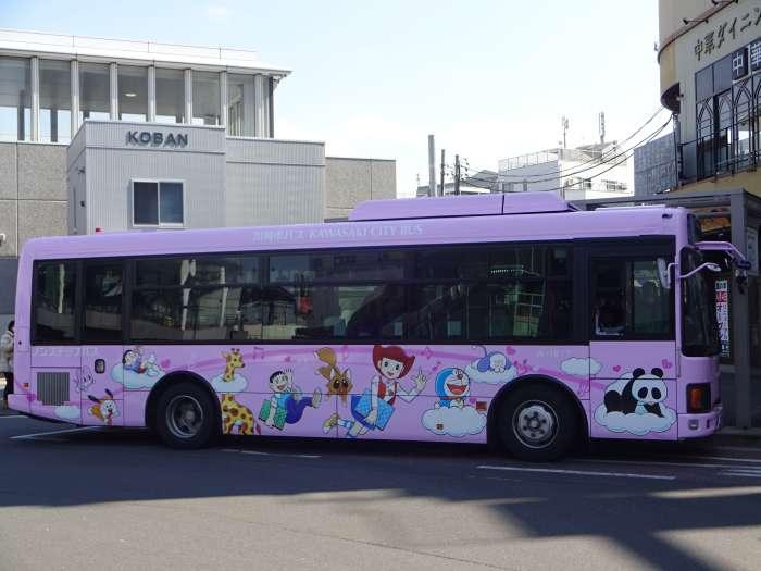 Autobus museo Doraemon rosa