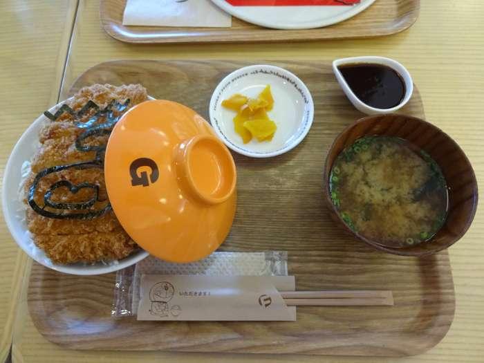 katsudon de gigante doraemon cafeteria