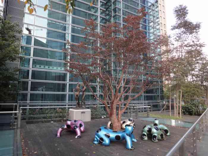 Nippon TV estatuas bancos