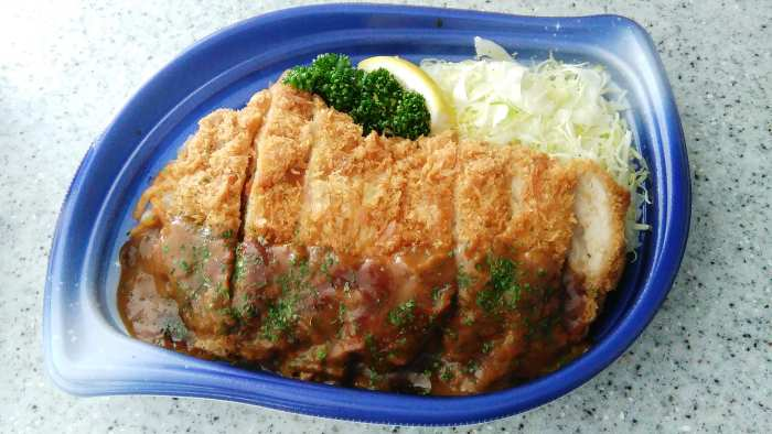 Supermercado japon bento tonkatsu con base arroz