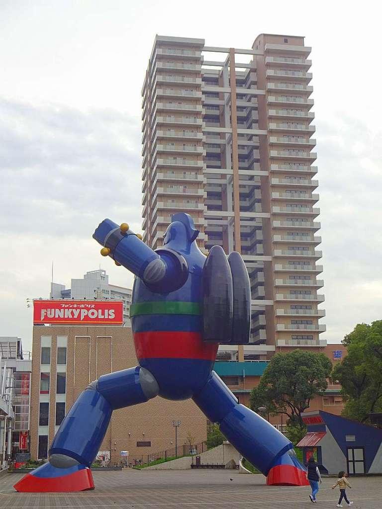 tetsujin 28 kobe estatua edificio al fondo