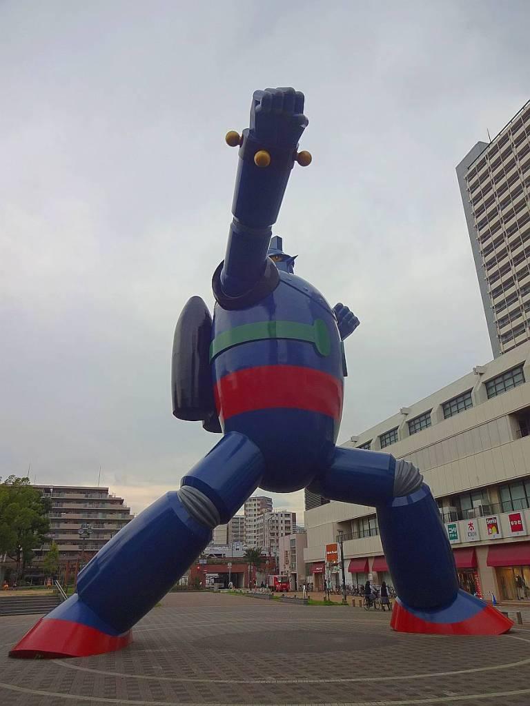 tetsujin 28 kobe estatua puño al frente