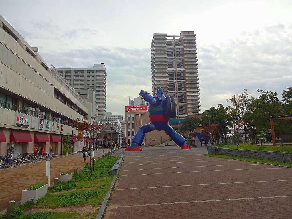 tetsujin 28 estatua kobe a lo lejos