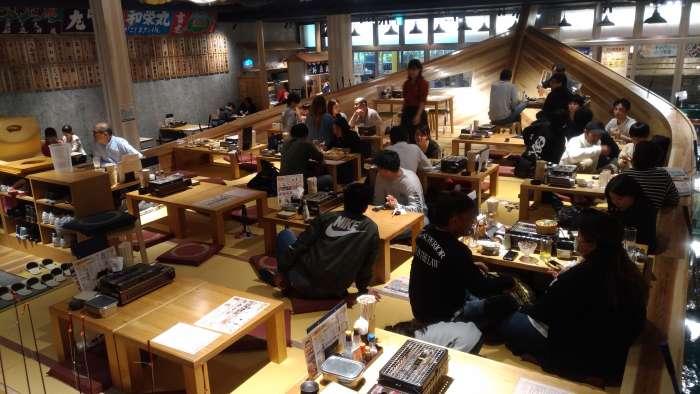 restaurante tsuri kichi osaka - barco superior interior mesas