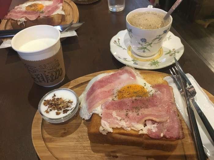 cafeteria aguro naha okinawa tostada huevo bacon cafe