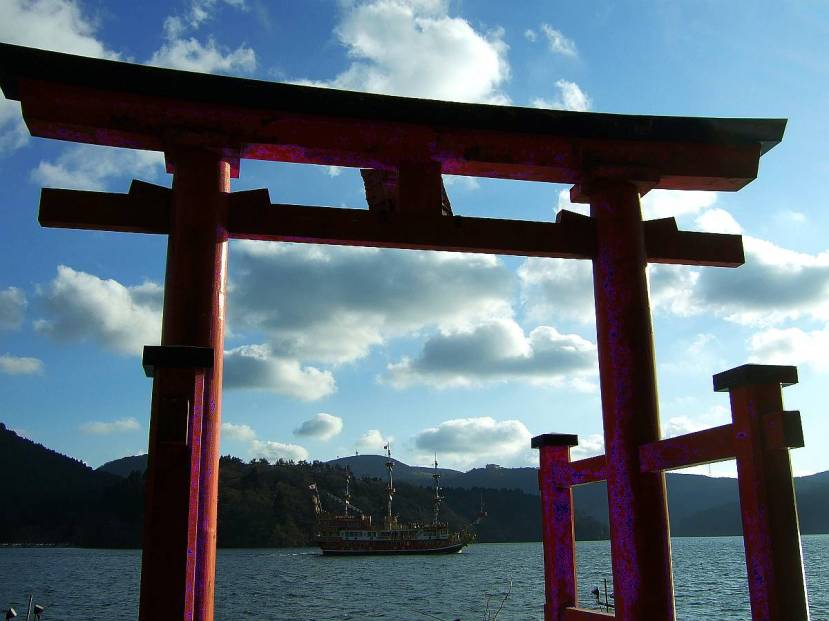 hakone torii lago ashi atardecer crucero pirata
